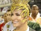 Claudia Leitte usa fantasia de 16 quilos e protetor auricular na Sapucaí