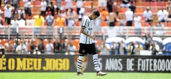 Matheus Pereira volta de cabeça baixa após desperdiçar sua cobrança (Foto: Marcos Ribolli)