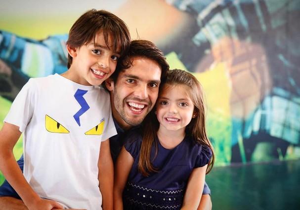 Kaká entre os filhos Luca e Isabella, de cinco anos (Foto: Reprodução/ Instagram)