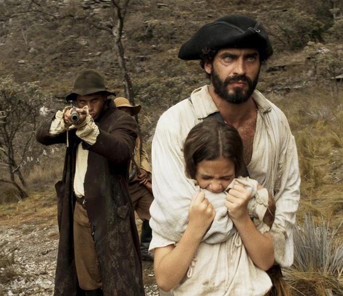 Joaquina é levada pelo bando de Mão de Luva (Foto: TV Globo)