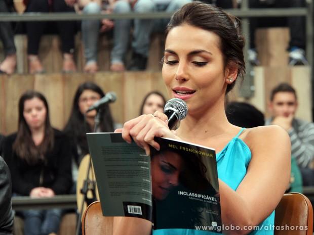 Atriz lê um trecho de seu livro durante o programa Altas Horas (Foto: TV Globo/Altas Horas)