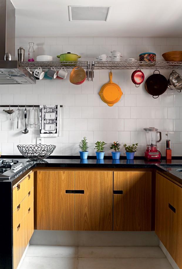 cozinha-prateleira-gancho-Gabriela-Marques (Foto: Edu Castello/Editora Globo)