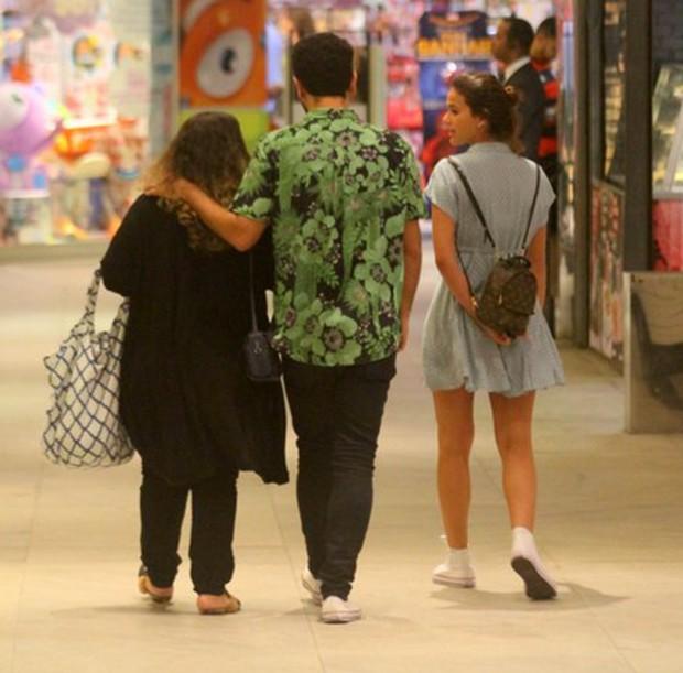 Bruna Marquezine e amigos (Foto: Agnews)