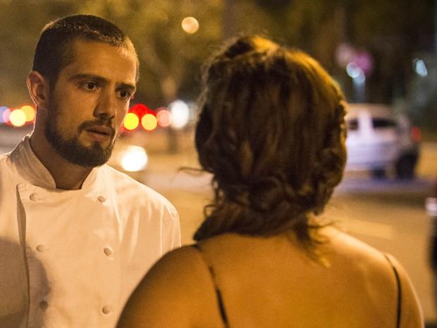 Cristina e Vicente discutem em frente ao restaurante (Foto: Raphael Dias/TV Globo)