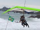 Ludmilla voa de asa delta em dia chuvoso no Rio