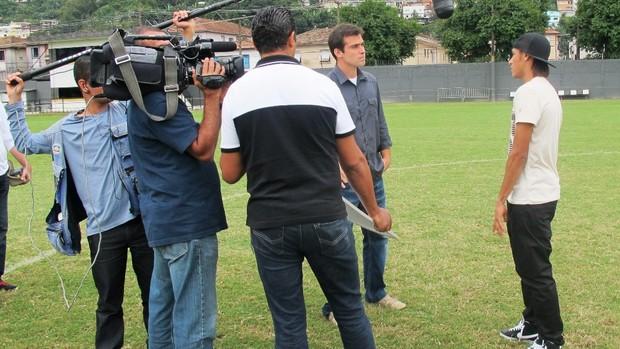 Thiago Asmar gravando a série Brasileirinhos com Neymar (Foto: TV Globo/ Reprodução)