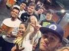 Neymar curte cinema com a irmã e os amigos de sempre