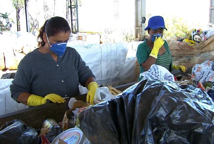 Separar o lixo corretamente, em casa, é o primeiro passo para colaborar (Foto: Reprodução / TV TEM)