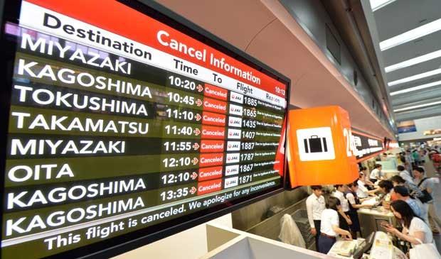 Painel do aeroporto de Tóquio mostra cancelamentos de voos no sul do país. (Foto: Kazuhiro Nogi / AFP Photo)