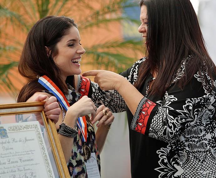 Laura Carneiro, vereadora do Rio, entregou a medalha Pedro Ernesto para Roberta Medina (Foto: Fábio Rocha/Gshow)