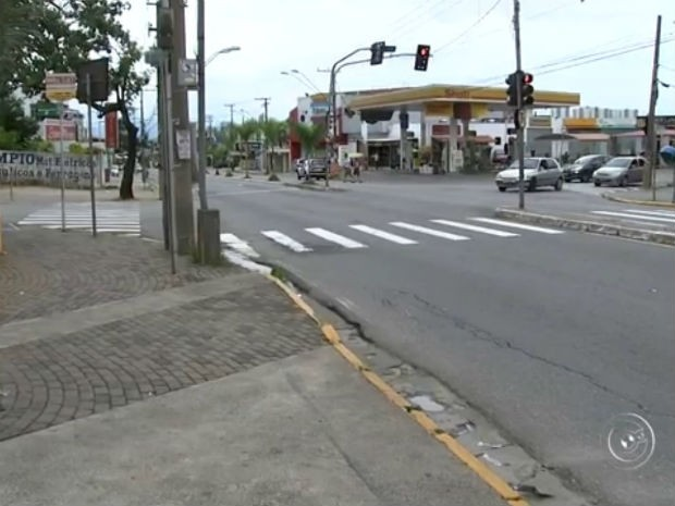 Motorista sobe em calçada e atropela duas pessoas em Várzea Paulista (Foto: Reprodução/ TV TEM)