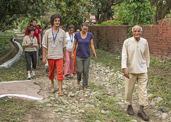A vida de Satish Kumar foi marcada por grandes caminhadas e ainda hoje caminha com seus alunos (Foto: © Haroldo Castro/ÉPOCA)