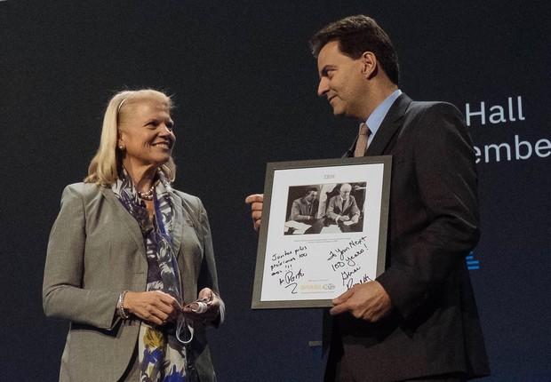 A CEO da IBM, Ginni Rommety, entrega uma foto de presente a Marcelo Porto, presidente da empresa no Brasil (Foto: Reprodução/LinkedIn)
