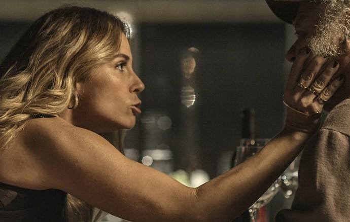 Atena quer descobrir segredos de Romero de qualquer jeito (Foto: TV Globo)