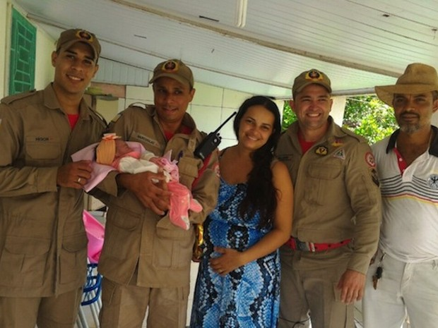 Três bombeiros realizaram o parto em chácara (Foto: Divulgação/Kariany Ferreira)