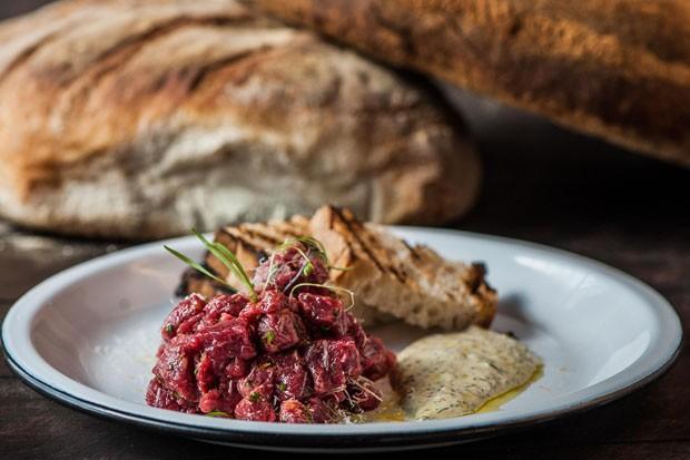 Carne cruda com molho mostarda (Foto: Divulgação)