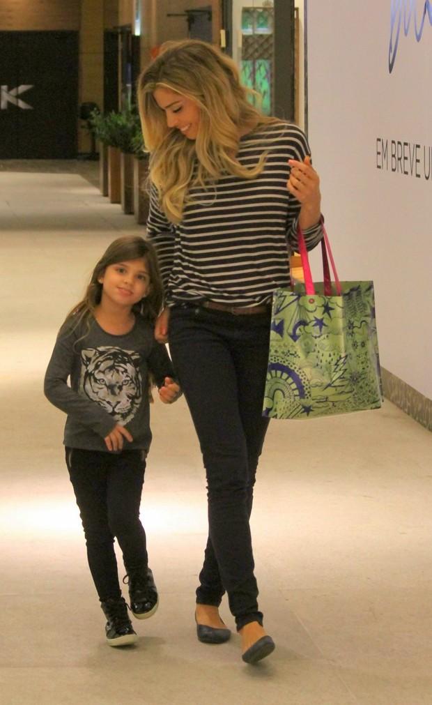 Grazi Massafera e a filha, Sofia, em shopping no Rio, nesta quinta-feira, 11 (Foto: Daniel Delmiro/Agnews)
