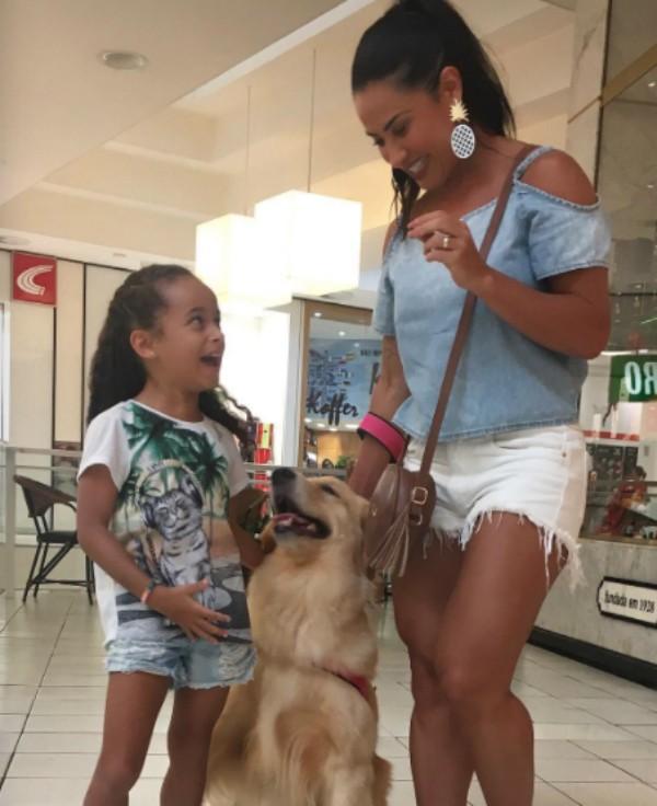 Scheila Carvalho com filha e pet (Foto: Reprodução)