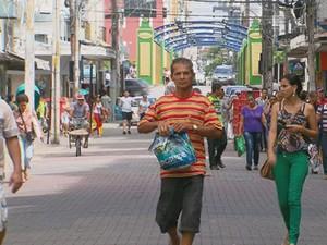 Comércio no Centro do Recife na véspera do Dia dos Pais (Foto: Reprodução/ TV Globo)