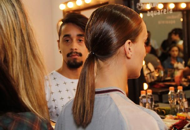 Não esqueça de deixar os fios bem lisos antes de iniciar o penteado. Seque e passe chapinha!  (Foto: Rafa Borges)
