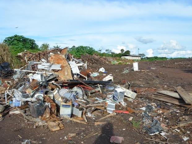 Quantidade de lixo depositado no local é tão grande que quase chega a invadir a rodovia (Foto: Rogério Aderbal/G1)