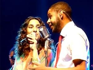 Aline Calixto e Emicida juntos no palco (Foto: Instinto Coletivo)