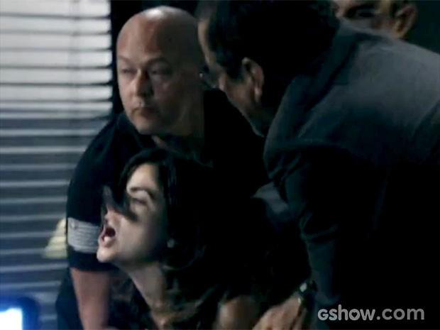 Aline precisa ser contida pelos policiais (Foto: Amor à Vida/TV Globo)
