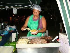 Erika vende comida típicas na Praça do bairro Poti Velho (Foto: Gilcilene Araújo/G1)