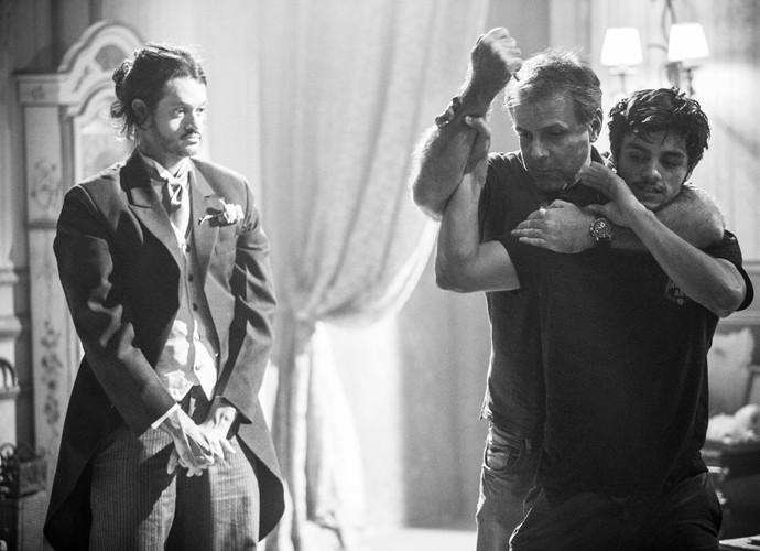 O diretor Marcus Figueiredo passa a coreografia da luta com Felipe e Álamo Facó (Foto: Raphael Dias / Gshow)