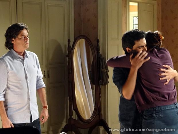 Perácio chega e olha a cena consternado (Foto: Sangue Bom / TV Globo)