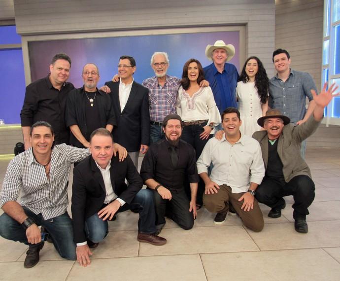Fátima Bernardes posa com os convidados do Encontro (Foto: Priscilla Massena/Gshow)