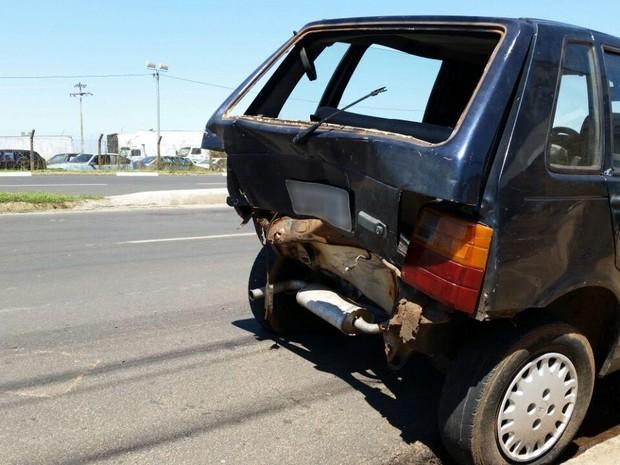 291dce72b Traseira do Fiat Uno ficou danificada pela batida (Foto: Heloise Hamada/G1)