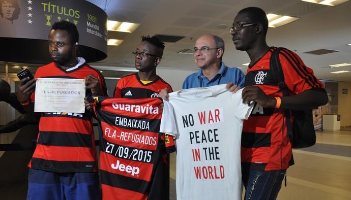 Prince segura uma camisa pedinda paz no mundo ao lado de Eduardo Bandeira (Foto: Divulgação)