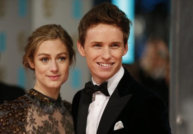 Eddie Redmayne e a mulher no BAFTA (Foto: AFP)