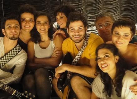 Banda Dona Joana participa de cena e conquista Regiane Alves
