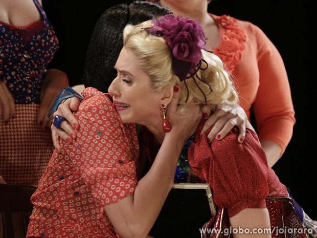 Depois de humilhação, vedete é consolada por coristas (Foto: Fábio Rocha/ TV Globo)
