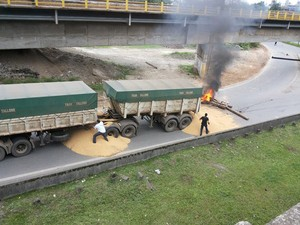 Caminhão é impedido de passar em trecho da rodovia Cônego Domênico Rangôni durante protestos em Cubatão (Foto: Nivaldo Tomazini/ TV Tribuna)