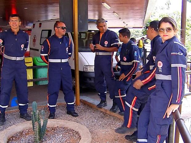 Socorristas esperam macas no Hospital Walfredo Gurgel (Foto: Reprodução/Inter TV Cabugi)