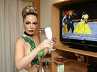 Ju Isen assiste a desfile da Unidos do Peruche comendo caviar