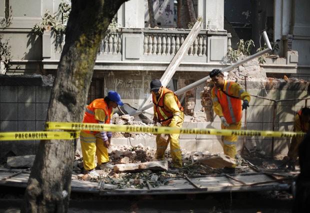 Funcionários da prefeitura removem destroços de uma parede que desabou devido ao terremoto na Cidade do México (Foto: Bernardo Montoya/Reuters)