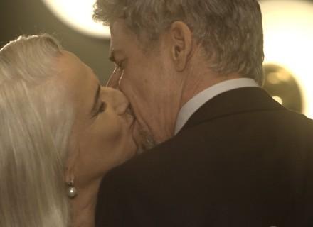 Tião se declara e beija Mág