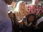 Shakira é cercada por crianças na Colômbia