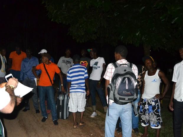 Grupo de imigrantes aguarda para poder embarcar no ônibus que sai do abrigo, em Rio Branco, para outros estados (Foto: Yuri Marcel/G1)