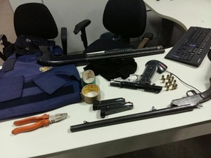 Trio foi preso com várias armas (Foto: PM/SE)