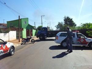 Moradores colocaram um caminhão no meio da rua  (Foto: Giliardy Freitas/ TV TEM)