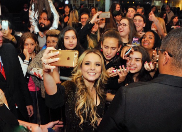 4560ebb274159 Larissa Manoela faz selfie com fãs (Foto  Samuel Chaves Brazil News)