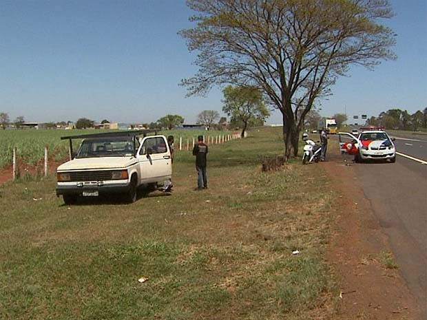 Caminhonete foi estacionada por bandido no acostamento da Rodovia Cândido Portinari (Foto: Paulo Souza/EPTV)