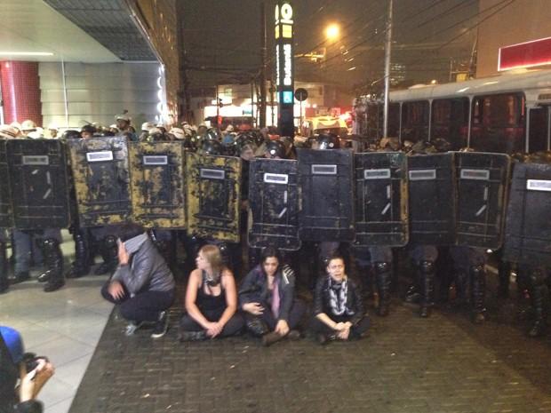 Manifestantes detidos em frente à tropa de choque na estação do Metrô Butantã (Foto: Marcelo Mora/ G1)