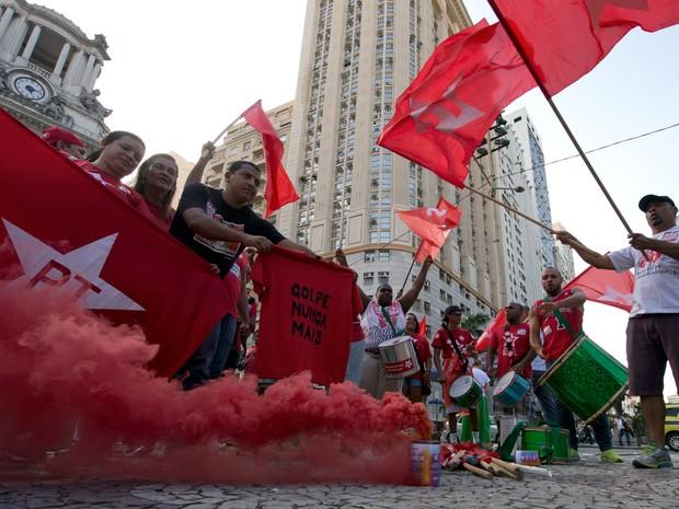 Manifestantes participam de protesto a favor da presidente Dilma Rousseff e contra o presidente da Câmara dos Deputados, Eduardo Cunha, no Rio de Janeiro (Foto: Vanderlei Almeida/AFP)