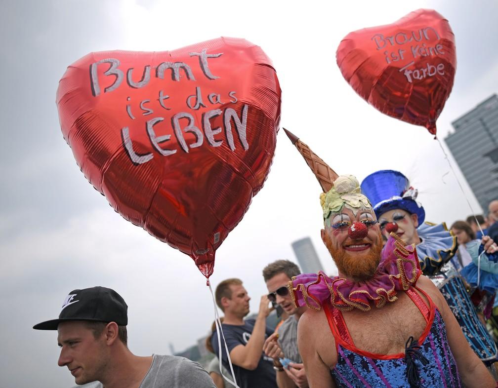 Comunidade LGBT comemora neste domingo (9) em Colônia, na Alemanha, a aprovação do casamento gay (Foto: Henning Kaiser / dpa / AFP)